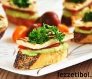 Ekmek Üzeri Hellim Peynirli Avokado Ezmesi