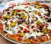 Domates Soslu Antrikot Etli Pizza Ve Şeftalili Badem Kaplı Tart
